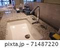 ホテルの洗面所 71487220