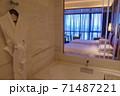ホテルのバスルーム越しのベッドルーム 71487221