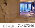 ホテルのバスルーム越しのベッドルーム 71487240