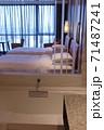 ホテルのバスルーム越しのベッドルーム 71487241