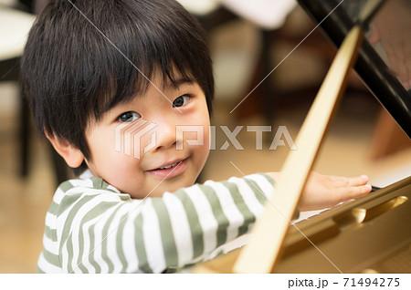 ピアノを練習する男の子 71494275