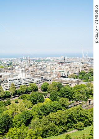 エジンバラ城から見下ろしたエジンバラの街並みと遠くに見える海 71496965