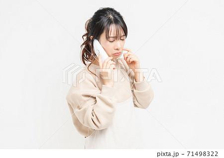 電話で話をしながら泣いている若い女性 71498322