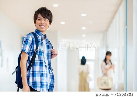 キャンパスの大学生 撮影協力:中央工学校附属日本語学校 71503803