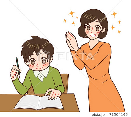宿題をする子供を見て喜ぶお母さん 71504146