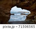 洞穴から覗いた海岸の景色 71506565