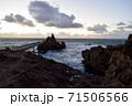 サーファーの聖地ビアリッツの海と聖母の岩に向かう架け橋 71506566
