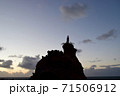 聖母マリアが佇む大きな岩と夕暮れ時の空 71506912