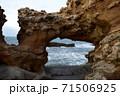 フランス ビアリッツの波打ち際の大きな岩場 71506925