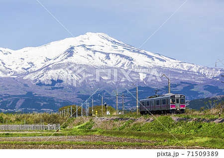 鳥海山と羽越線の列車 山形県酒田市 71509389