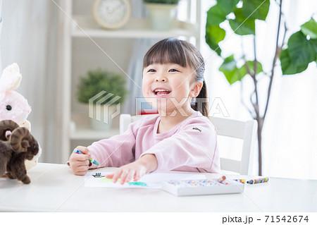 お絵描きをする女の子 71542674