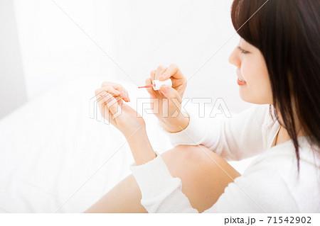 ネイルをする若い女性 71542902
