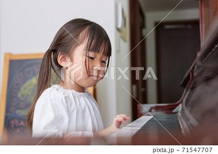 ピアノの練習をする女の子 71547707