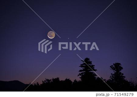北杜市白州町、ブルーアワーな時間梢の先に昇った繊月に接近した水星 71549279
