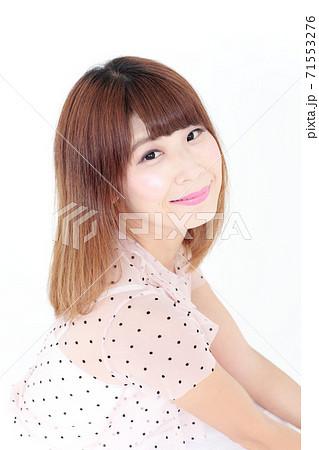 若い女性 ヘアスタイル 71553276