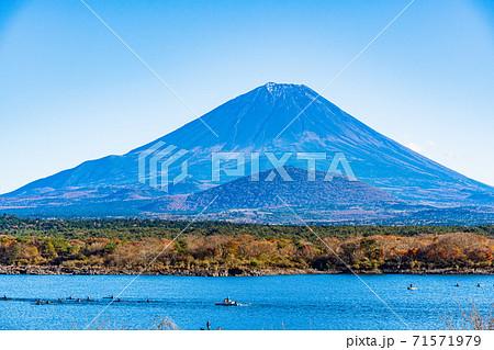 (山梨県)秋の精進湖 湖上スポーツを楽しむ人達と富士山 71571979