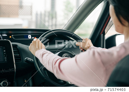 運転する女性の手元・ドライブイメージ 71574403