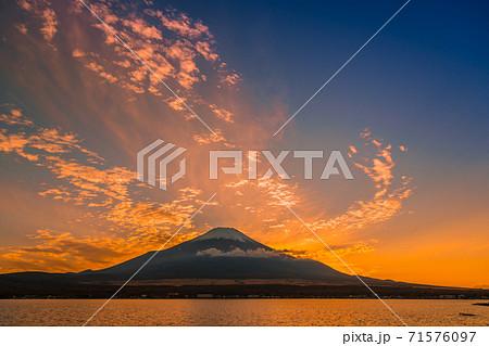 【山中湖からの夕焼けの富士山】 71576097