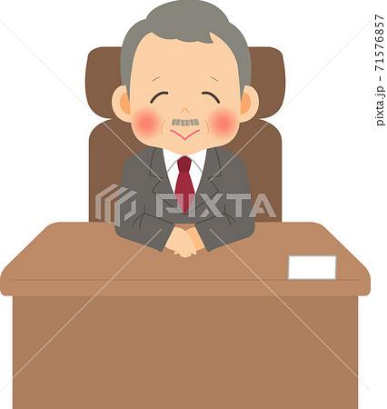 席に座って微笑む社長 71576857