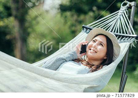 ハンモックで寝る女性 71577829