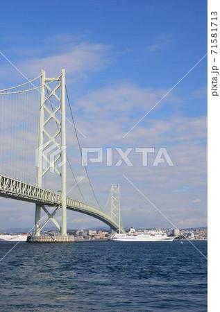 明石海峡大橋とクルーズ客船 71581713