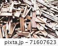 廃材になった木材 71607623