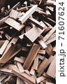 廃材になった木材 71607624
