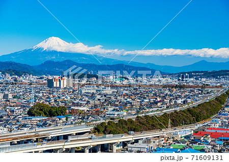 (静岡県)静岡市の街並 東名高速道路 富士山遠望 71609131