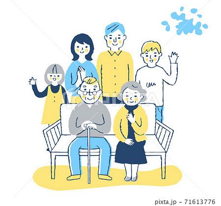 ベンチに座る老夫婦と家族 71613776