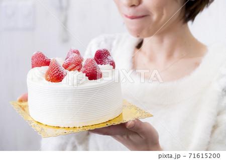ケーキを持つ女性 71615200