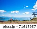 滋賀県高島市 びわこ函館山山頂のリフトと琵琶湖 71615957