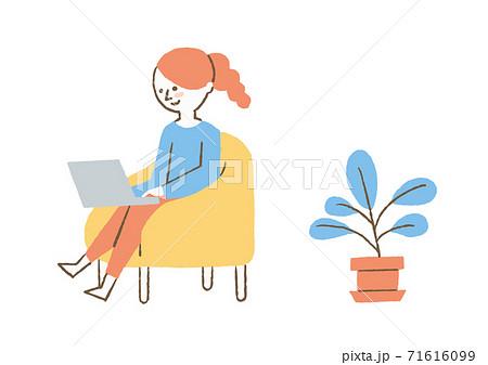 ソファーで仕事をする女性 71616099
