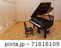 グランドピアノと椅子 71616109