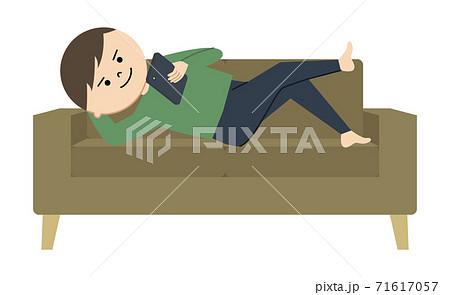 ソファの上でスマホをいじる男性のイラスト 71617057