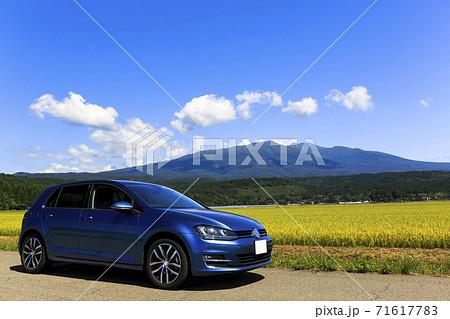 鳥海山とインポートカー 山形県遊佐町 71617783