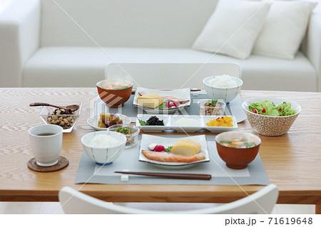 食卓の上の朝食 71619648