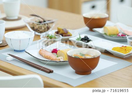 食卓の上の朝食 71619655