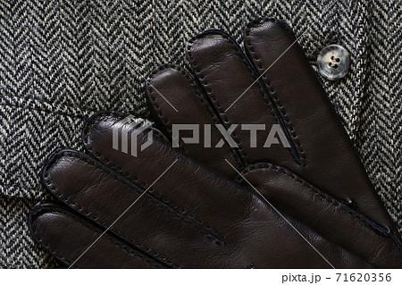 黒の革製手袋とツイードジャケット 71620356
