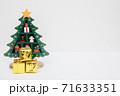 クリスマスツリーとプレゼント 71633351
