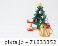 クリスマスツリーとプレゼント 71633352