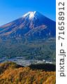 紅葉の三ッ峠と霊峰 富士山 山梨 71658912
