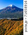 紅葉の三ッ峠と霊峰 富士山 山梨 71658916