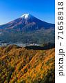 紅葉の三ッ峠と霊峰 富士山 山梨 71658918