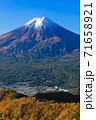 紅葉の三ッ峠と霊峰 富士山 山梨 71658921