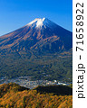 紅葉の三ッ峠と霊峰 富士山 山梨 71658922