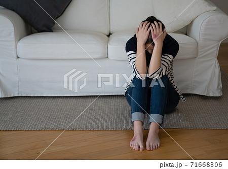 DVに怯える女性イメージ 71668306