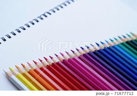 カラフルな色鉛筆とスケッチブック 71677712