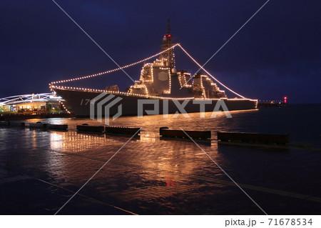 雨の夜に停泊した海上自衛隊護衛艦のライトアップ 71678534