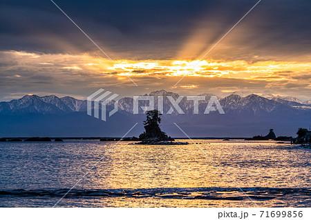 《富山県》雨晴海岸の夜明け・ふりそそぐ朝日 71699856