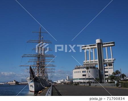 接岸する帆船海王丸と名古屋港ポートビル 71700834